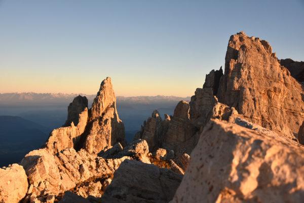 Jednak sam spacer wśród skał dostarcza wielu innych wrażeń, zwłaszcza gdy na skałach zaczynają się pojawiać ciepłe promienie późnopopołudniowego słońca, okolice schroniska Rifugio di Pisa (fot. outdoormagazyn.pl)
