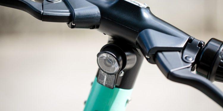 Hulajnogi trójkołowe  są bardziej stabilne, dwa przednie kółka powodują, że pojazd nie przewraca się (fot. materiały partnera)