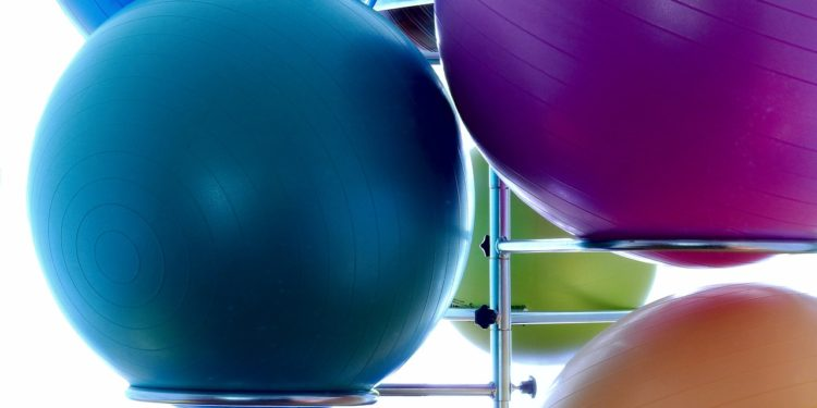 Piłki do ćwiczeń pozwalają na wykonanie bardzo efektywnego treningu (fot. materiały partnera)
